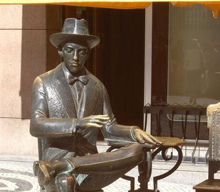 Estatua de Fernando Pessoa frente al café A Brasileira en Lisboa, Portugal