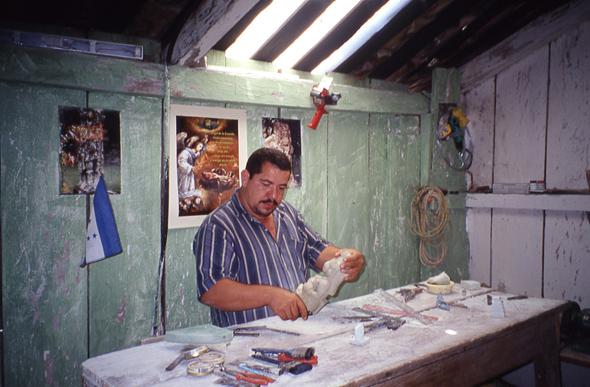 El escultor José Marcelino, trabajando en su taller de Copán, Honduras