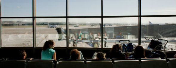 Zona de embarque para familias en el aeropuerto de Madrid-Barajas