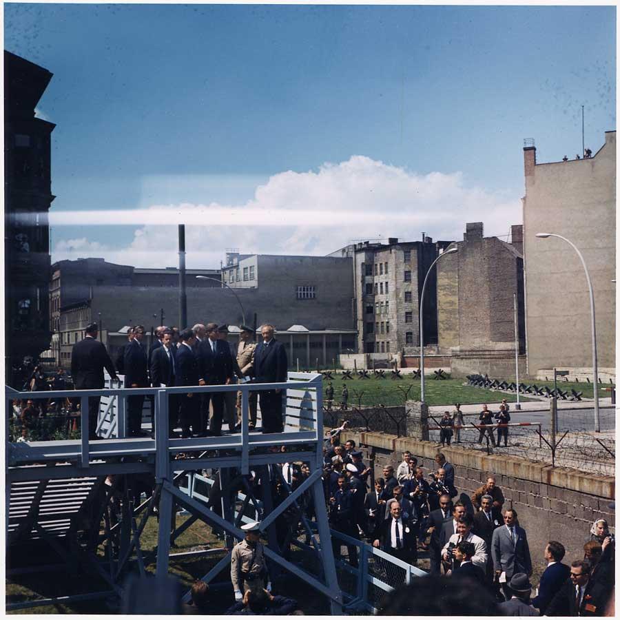 John F.Kennedy, en compañía del canciller de la RFA, Konrad Adenauer, contempla el Muro desde una atalaya en el Checkpoint Charlie.