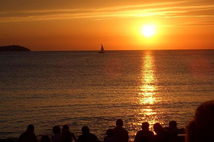 Atardercer en el café del Mar, Ibiza. Foto de Ben Coombs