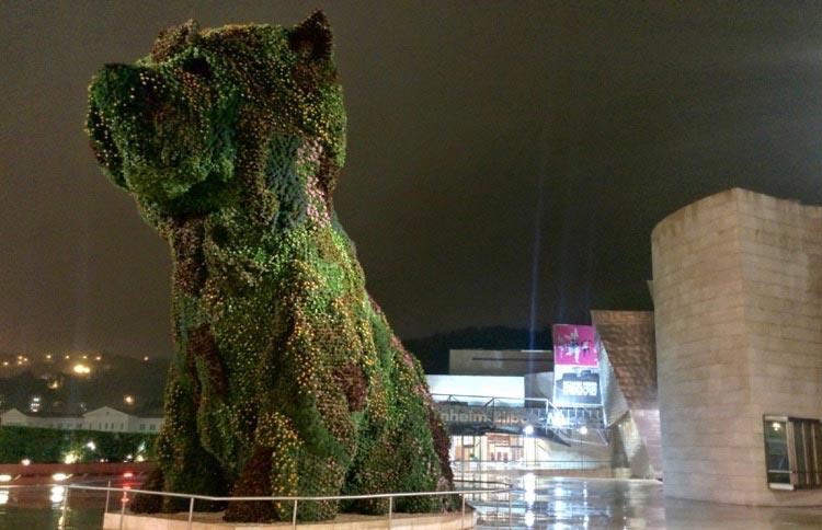 """""""Puppy"""" es una de las obras más célebres de Jeff Koons. Foto © Tu Gran Viaje"""