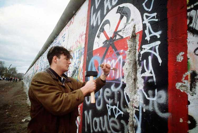 """Las imágenes de televisión que mostraban a la gente arrancando partes del muro (a quienes se les puso el apelativo de mauerspechte, """"pájaros carpinteros""""), y los pasos fronterizos que se abrieron en las semanas, próximas hicieron pensar que el Muro desaparecería en cuestión de días, pero no fue así. © National Archives / Foto: Sgt. F. Lee Cockran La historia del Muro de Berlín, en Tu Gran Viaje"""
