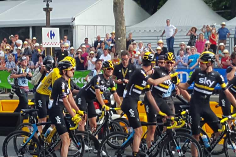 Chris Froome, tras cruzar la línea de meta en la última etapa del Tour de Francia 2016. © Tu Gran Viaje
