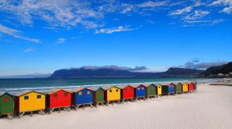 nos vamos a Sudáfrica, muy cerca de Ciudad del Cabo, para mandarte una de nuestras postales viajeras desde la playa de Muizenberg   Las postales de Tu Gran Viaje