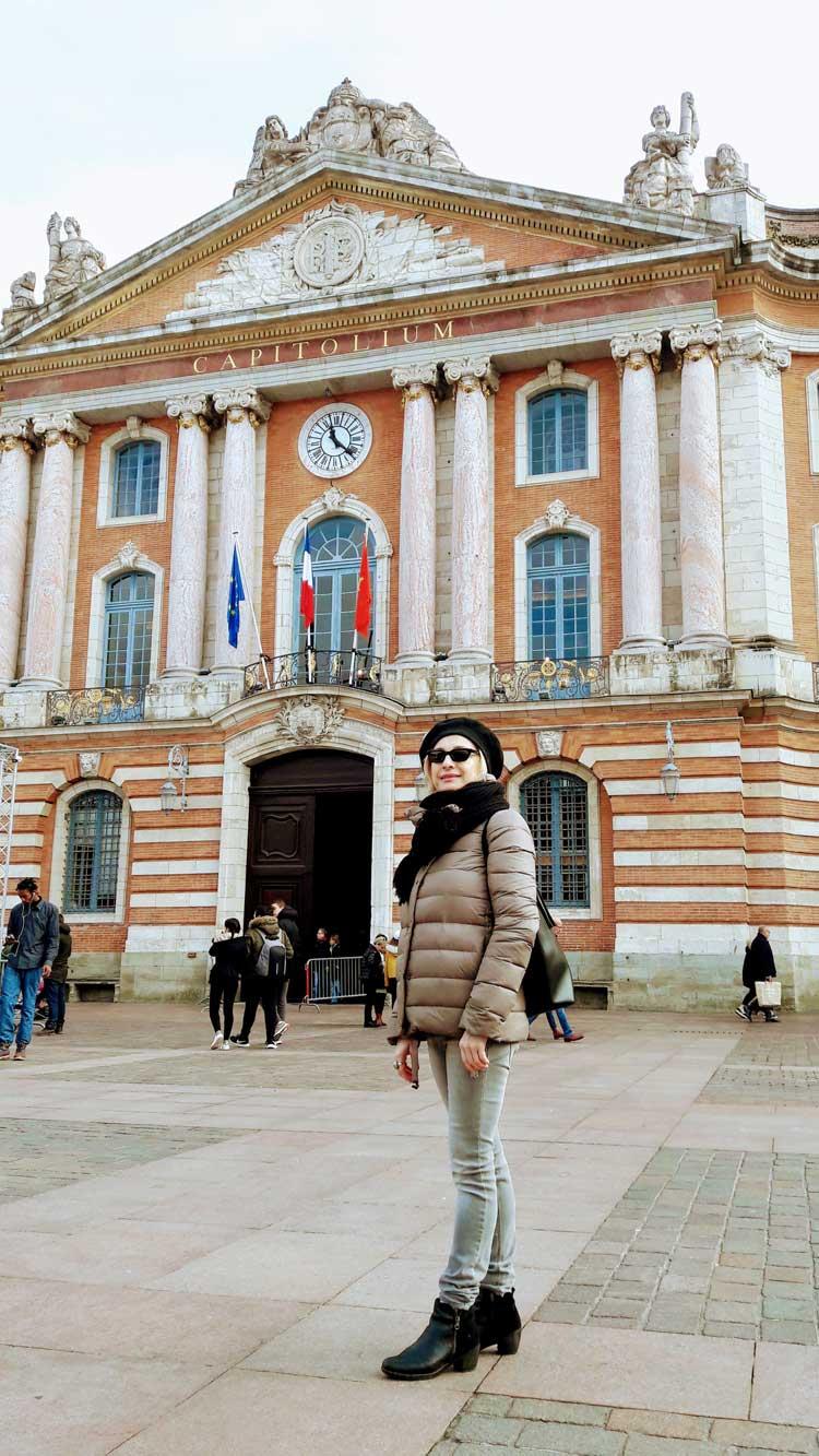 La autora del reportaje, Pilar Carrizosa, en la plaza del Capitolio de Toulouse | Fin de semana en Toulouse | Tu Gran Viaje