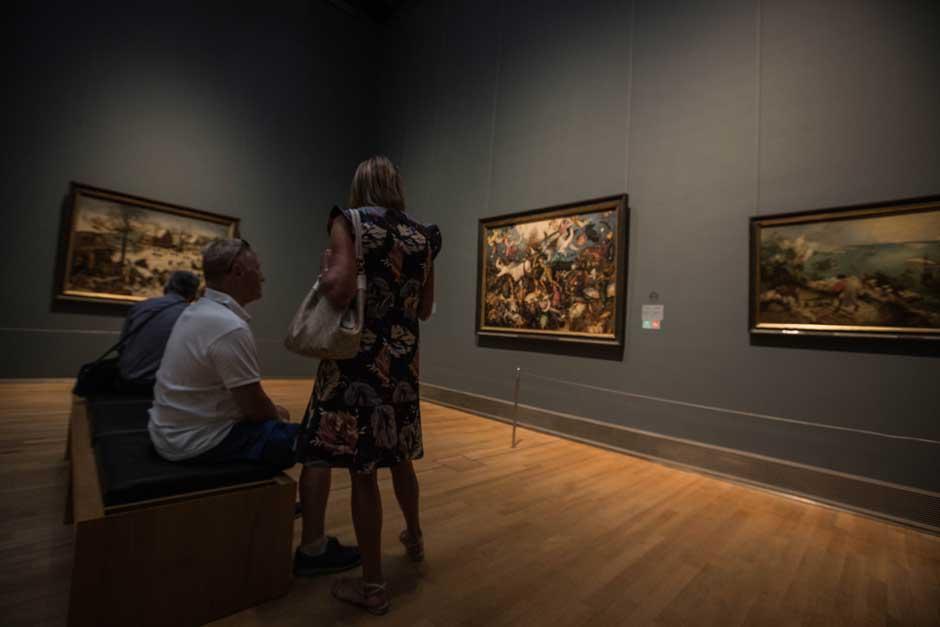 Luce el sol, los músicos callejeros interpretan Bella, Ciao, no hay sitio en las terrazas, en el mercado de las pulgas hay más tesoros que nunca, y los Rembrandt esperan en el Museo de Bellas Artes… Es domingo en Bruselas, y la vida es maravillosa.