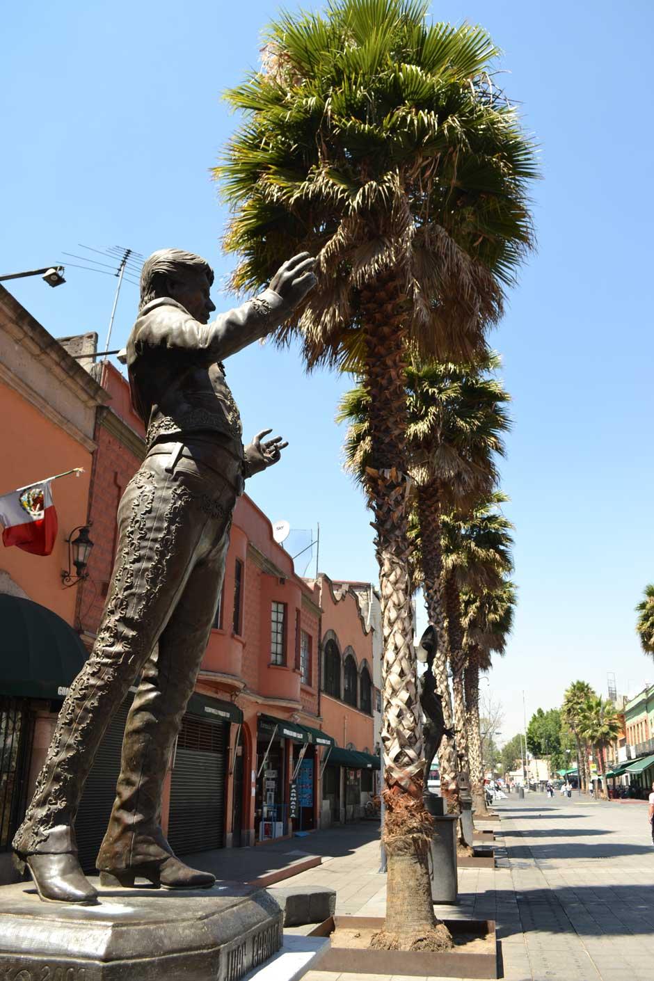 Estatua de Juan Gabriel en la plaza Garibaldi de Ciudad de México. Foto © Jesús García Marín
