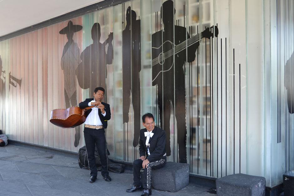 Mariachis en la plaza Garibaldi de Ciudad de México, esperando a ser contratados. Foto © Cristina Bauzá de Mirabó