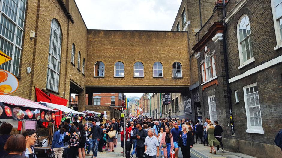 Mercadillos, coctelerías, street food, y Brick Lane: mira cuántos planes perfectos te están esperando en el barrio de Shoreditch, Londres en estado puro.