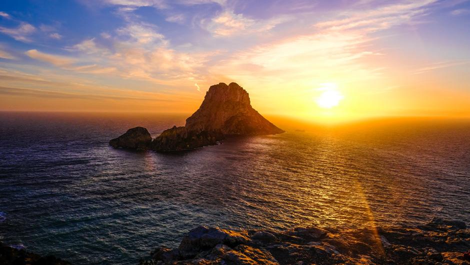 Es Vedra, Ibiza. Imagen Charly Bron Unsplash   Los mejores lugares del mundo para practicar yoga   Indie Campers   Tu Gran Viaje